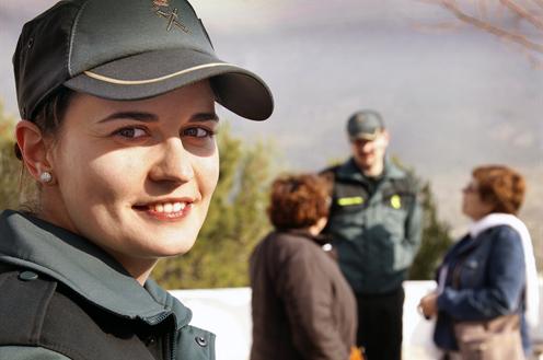 Agentes de la Guardia Civil atendiendo a ciudadanos. Ministerio del Interior