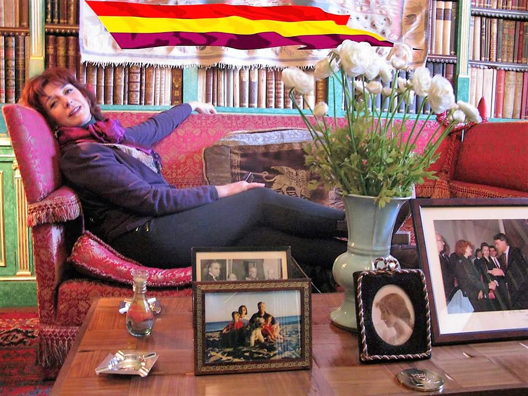 Elisa, en el palacio de Liria, invitada por la duquesa. La bandera es cosa de ella.