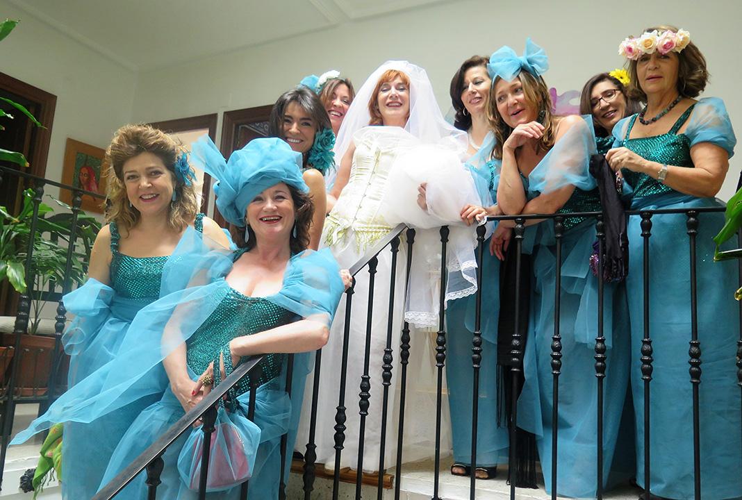 La autoboda de Elisa. La novia, con sus damas