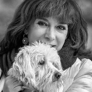 La periodista, con su perro Killer