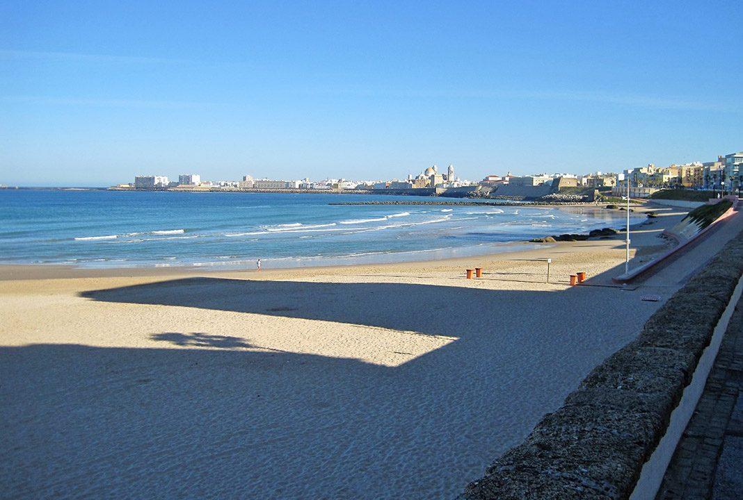 Playa de Cádiz, con una de sus numerosas torres de megafonía. PROPRONews