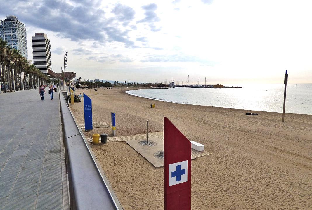 Playa urbana de Barcelona, con el mobiliario imprescindible. PROPRONews