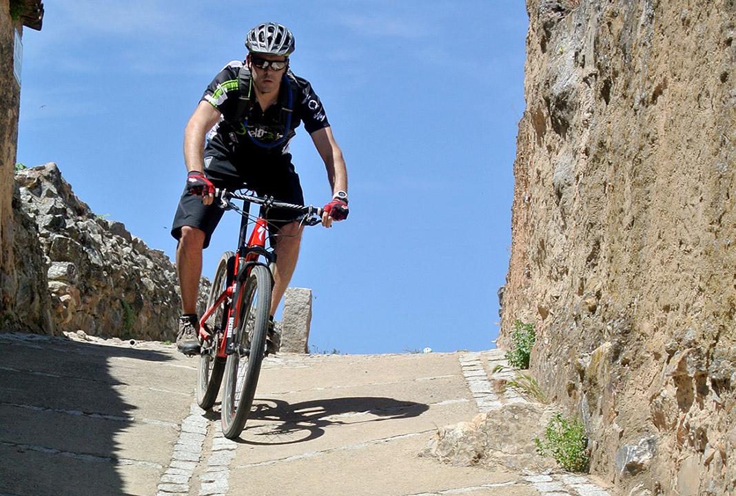 Practicando bicicleta de montaña, su deporte favorito.