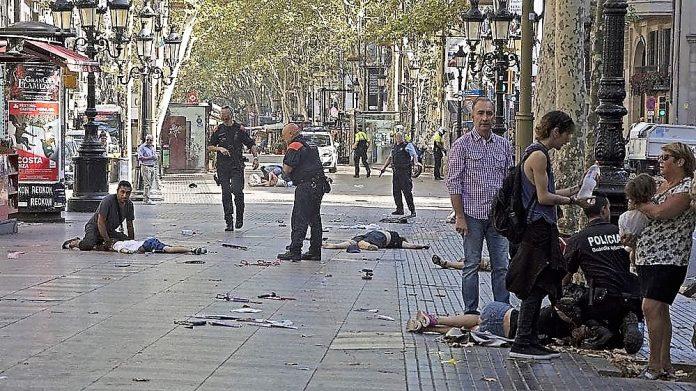 Desoladora imagen de las Ramblas tras el atentado. INFOBAE
