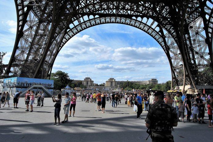 Imagen de 2009 de soldados patrullando el entorno de la torre Eiffel. PROPRONEWS