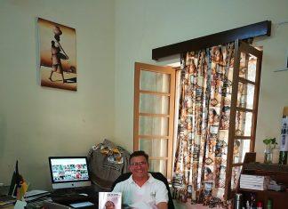 El párroco y periodista en su despacho.