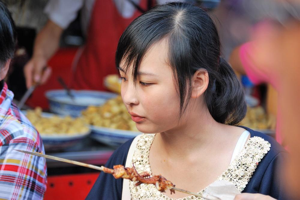 Los chinos comían de todo en el mercado con toda naturalidad.