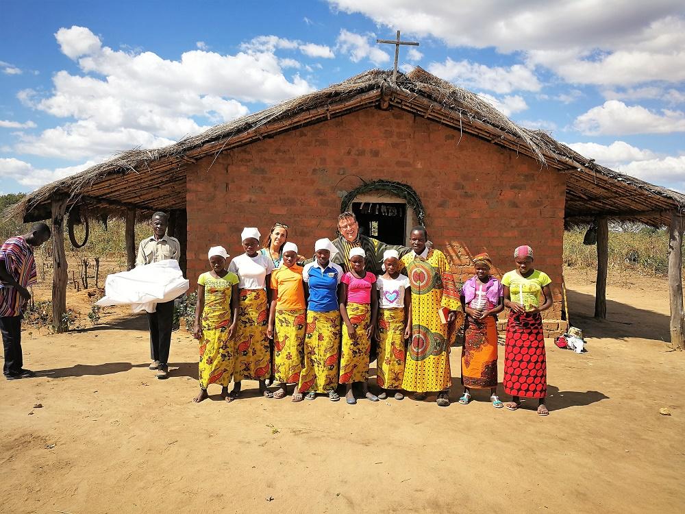 Víctor Hugo con algunos de sus feligreses en uno de los numerosos poblados que tiene a su cargo.