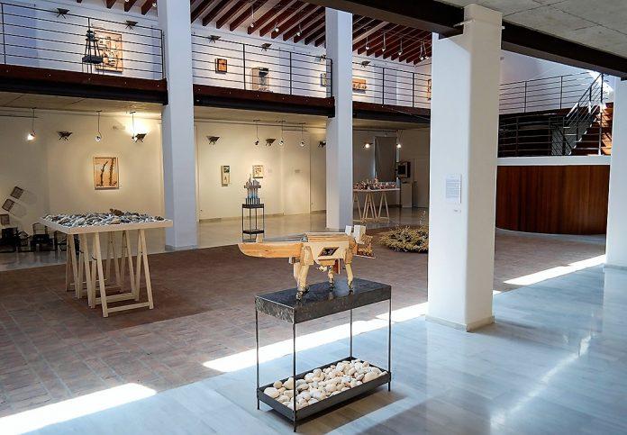 Vista parcial de la sala con algunas de las esculturas e instalaciones expuestas.