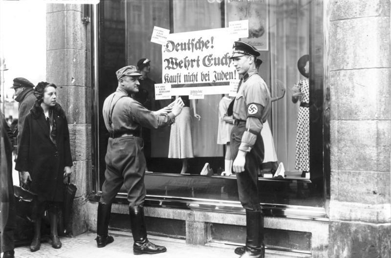 Los nazis señalan los establecimientos judios.