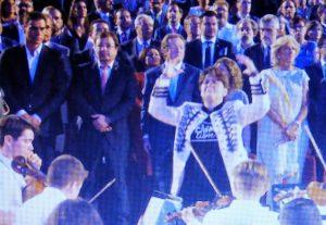 Vara colocó a Pedro a su derecha, en el sitio de honor de la presidencia del acto. (Tomada de HOY)