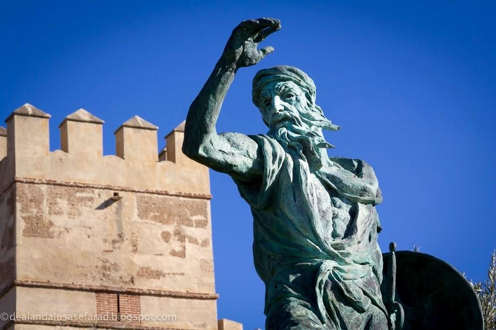 Monumento a Ibn Marwan en las inmediaciones de la alcazaba árabe de Badajoz.