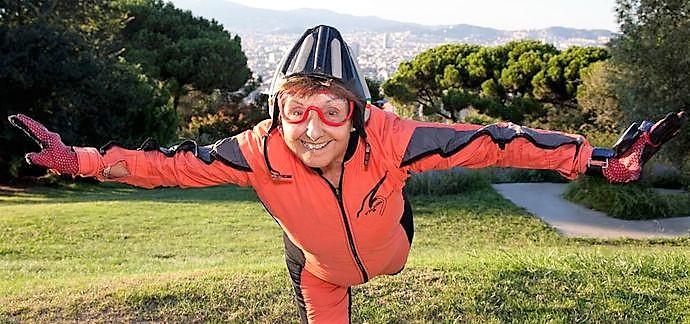 Montse Mechó, paracaidista con 83 años y mil saltos.