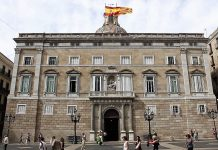 La bandera de España ondeando normalmente en la Generalitat junto a la senyera es todo un símbolo de la nueva y esperanzadora situación. WIKIPEDIA