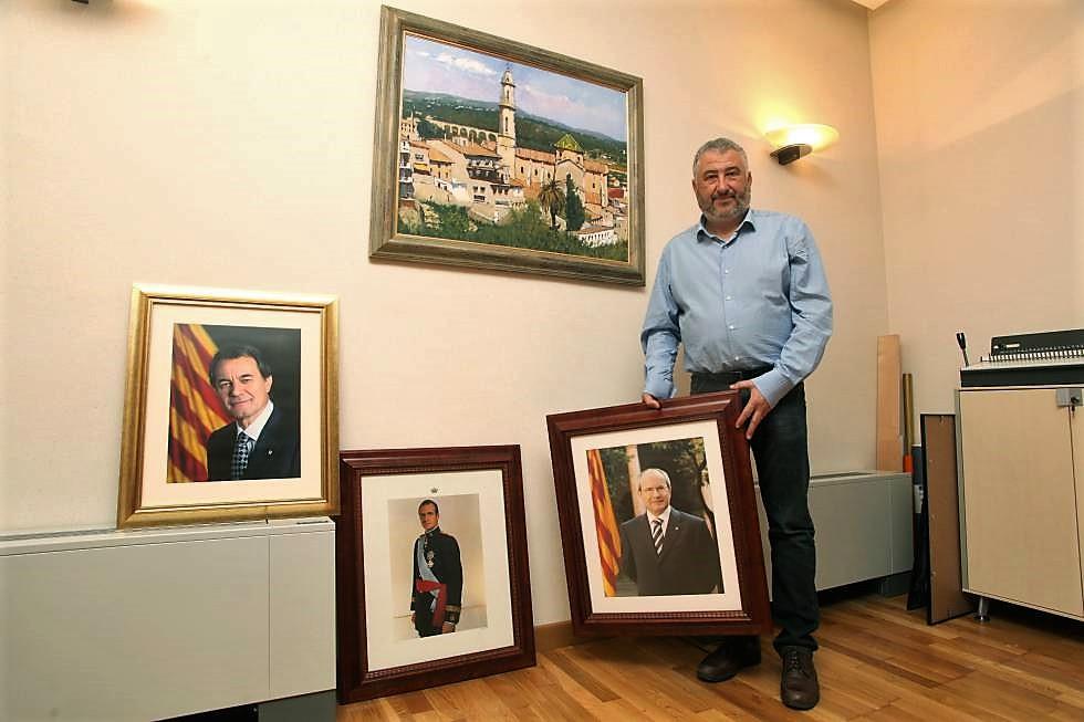 El Alcalde de El Catllar, con retratos de dirigentes anteriores. EL PAÍS