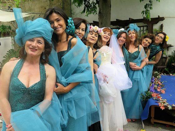 El día que se casó consigo misma, arropada por sus damas de honor.