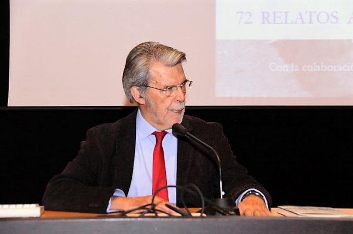El autor en la presentación de uno de sus libros.