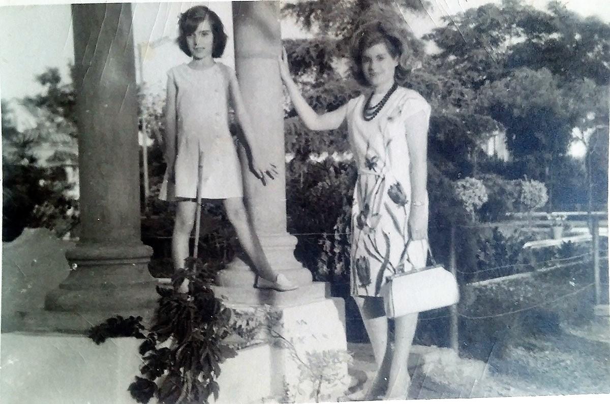 Elisa, con su sobrina Elisa, la autora de este reportaje, cuando era una niña.