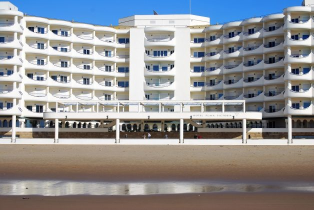 El hotel Playa Victoria, a cuya playa llegó la patera. Desde luego, no eran clientes para él. PROPRONEWS
