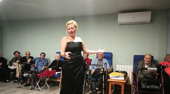 En plena actuación en una residencia de ancianos.