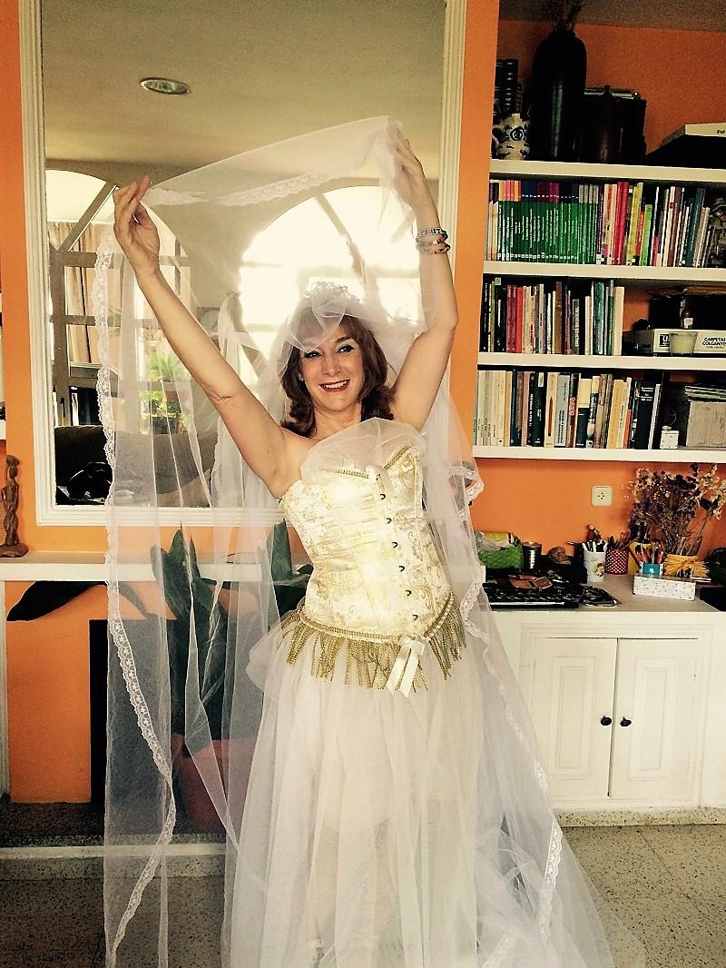 La autora, vistiéndose de novia para casarse consigo misma.