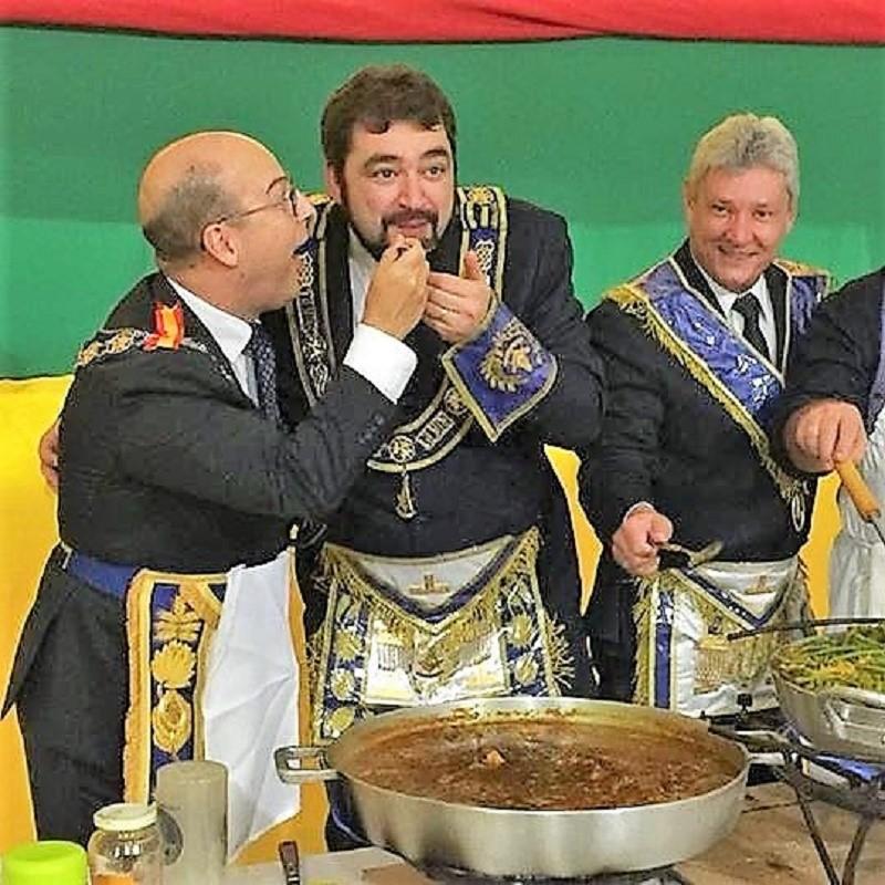 El Gran Maestro español da a probar la paella al Gran Maestro brasileño.