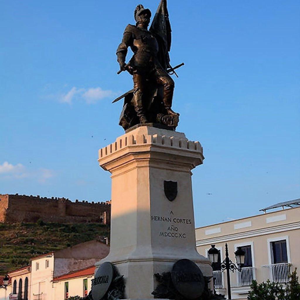 Monumento a Cortés en su pueblo natal.