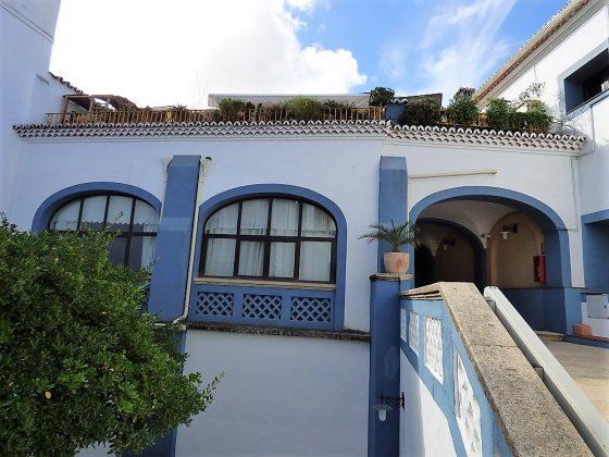 Arriba, la terraza donde realiza sus fotografías, con lus natural. PROPRONEWS