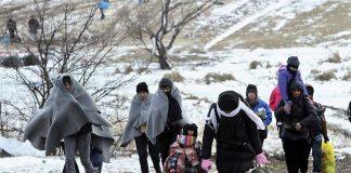 Refugiados sirios caminan por la nieve este invierno. RTVE