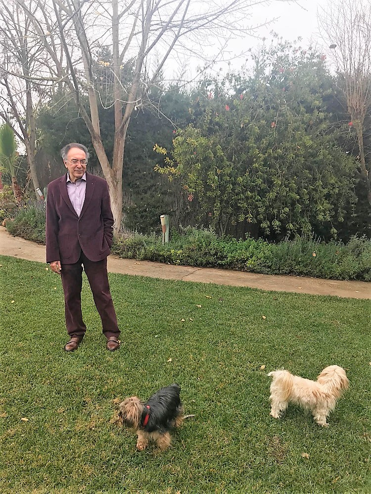 En su jardín, con sus perros Blasito y Paul.