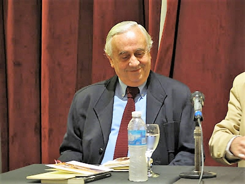 EL escritor, dando una conferencia en el Club del Progreso.