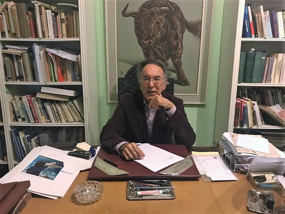 El médico y escritor en el despacho de su casa.