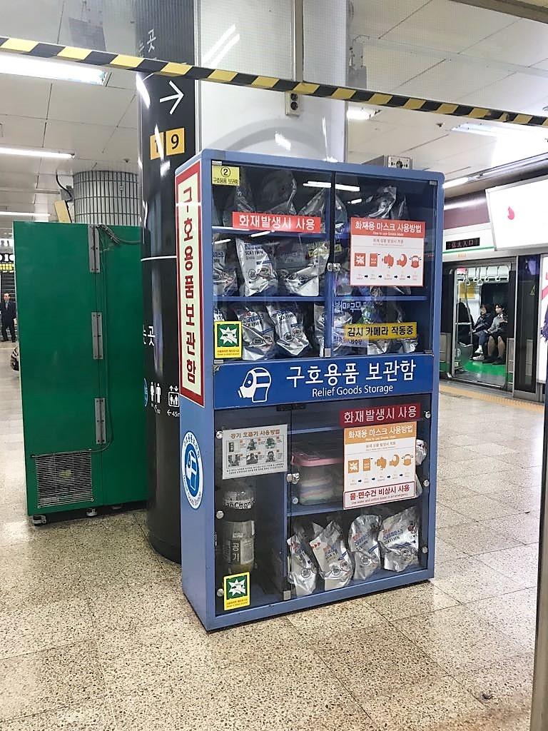 Pertrechos a disposición de la ciudadanía en el metro de Seúl en caso de ataque de Corea del Norte.