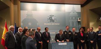 A izquierda y derecha de la imagen, representantes de los sindicatos policiales, los grandes triunfadores del acuerdo de hoy. SPP