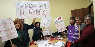 Activistas de la Plataforma por la Igualdad de Cáceres, entre ellos nuestra compañera Elisa Blázquez, preparando la huelga de mañana.