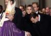 Rajoy, a los pies del intolerante obispo Rouco Varela, ante la curiosidad de una reina consorte y la indiferencia de un rey. RTVE