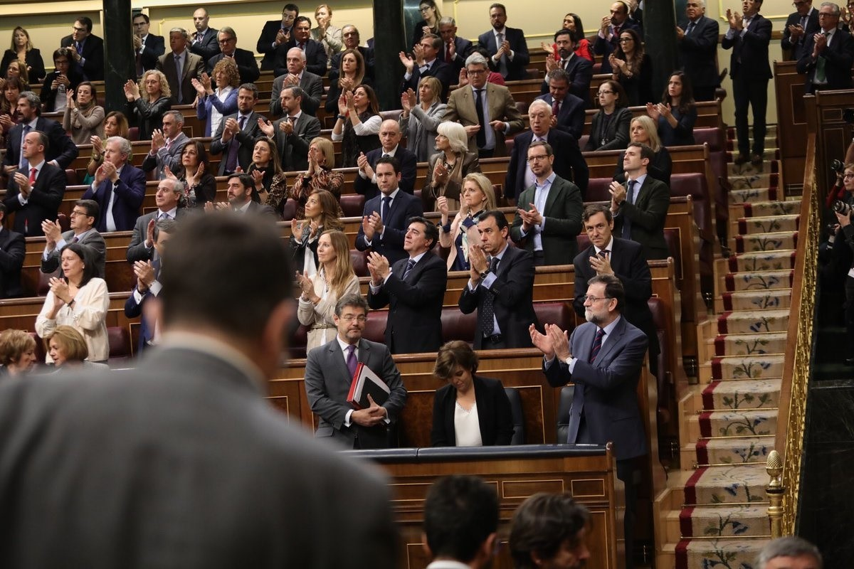 Rajoy y PP, oportunistas, aplauden a los familiares de las víctimas en el Congreso. Foto propagandística colgada por Rajoy en su twitter.