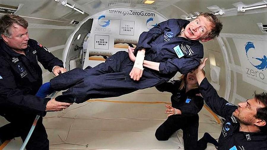 El astrofísico, que a pesar de su discapacidad vivió intensamente, en una experiencia de gravedad cero. RTVE