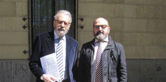 El periodista, con su letrado, Francisco Calle Bautista, en la puerta de los Juzgados tras presentar la demanda. PROPRONEWS