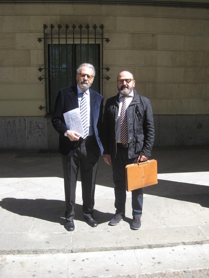 José Mª Pagador, con su letrado, en los Juzgados de Sevilla el día de la presentación de la demanda. PROPRONews