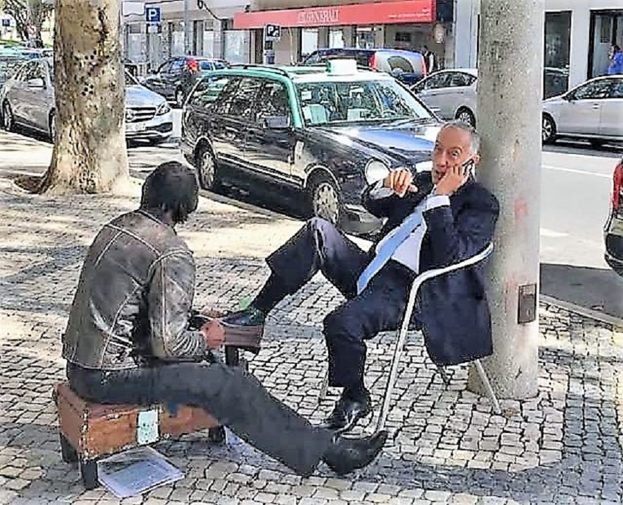 El presidente de Portugal, en la calle, sin escolta.