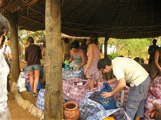 Entrega de material en uno de los campamentos