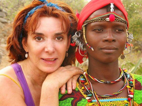 Nuestra compañera, con una nativa, en uno de sus viajes con Campamentos Solidarios.