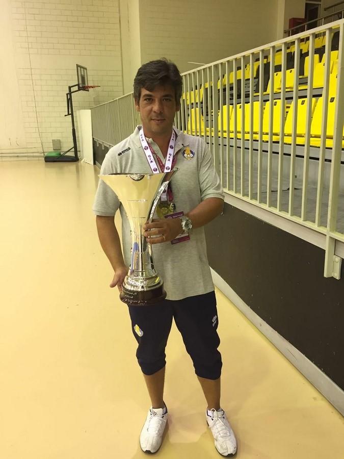 El laureado entrenador, con la Copa de Kuwait.