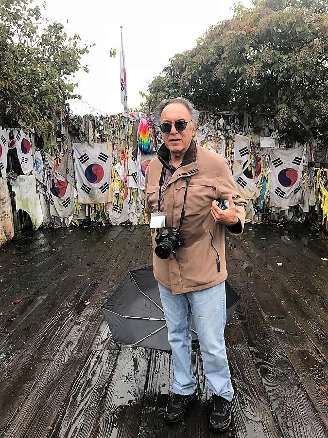 El psiquiatra y escritor, en la frontera entre las dos Coreas.