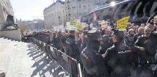 Los indignados pensionistas rodeando el Congreso. RTVE