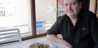 Diego Barea, el jefe de cocina, con algunas de sus creaciones. PROPRONews