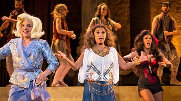 Lolita en el Teatro Romano de Mérida. Este es el nivel, con todo nuestro respeto para la artista, que aporta Cimarro un año más.