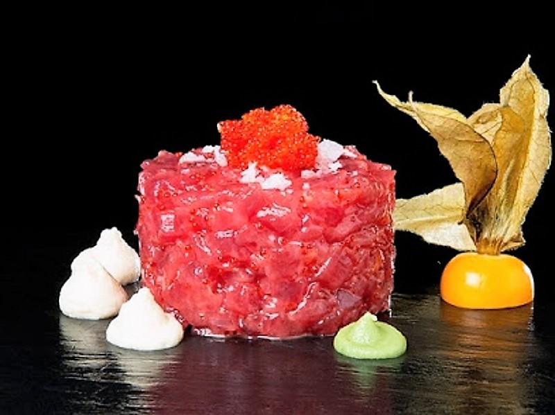 Tartar de cola blanca de atún rojo salvaje con mousse de ajo blanco de La Marea.