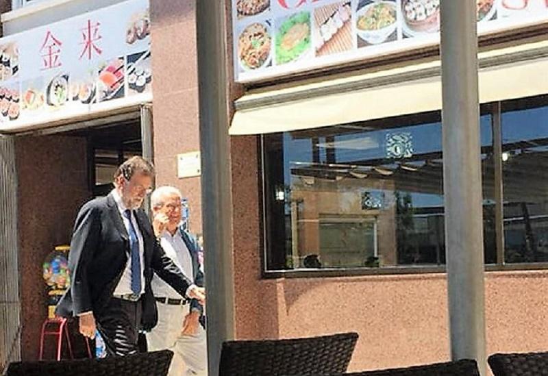 Rajoy pasa ante un chino en Santa Pola.